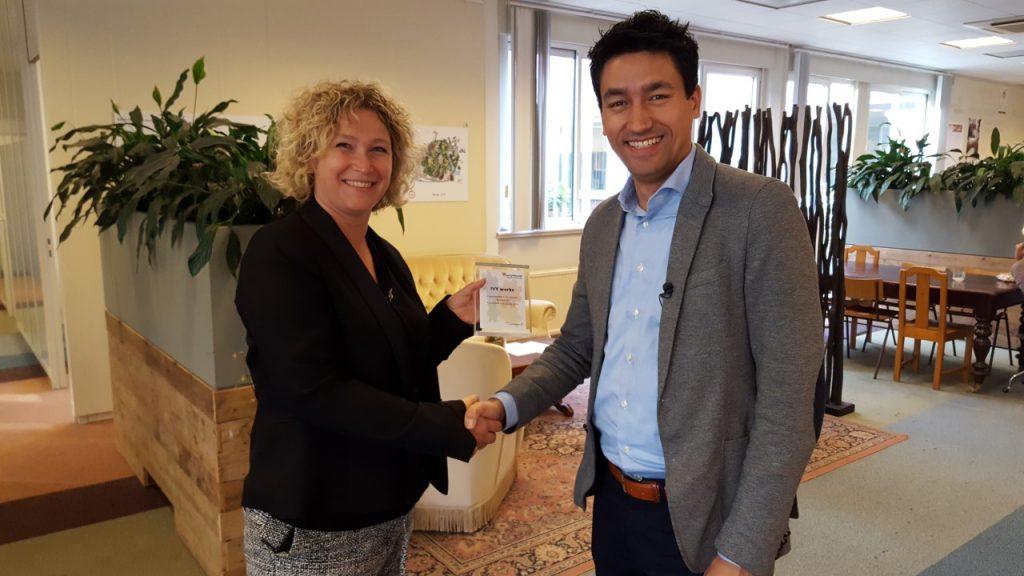 Pascalle Ligtenberg van IVY works krijgt de nominatie voor de Recruitment Tech Award overhandigd