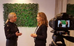 Deborah Nas (r) en Heleen Stoevelaar in gesprek